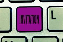 Nota de la escritura que muestra la invitación La foto del negocio que muestra la petición escrita o verbal alguien de ir en algu stock de ilustración