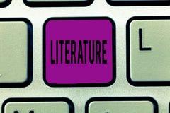 Nota de la escritura que muestra la literatura La foto del negocio que mostraba escrituras escritas de los libros de trabajos pub fotos de archivo libres de regalías