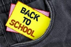Nota de la escritura que muestra de nuevo a escuela Momento adecuado de exhibición de la foto del negocio de comprar la cartera,  Imagenes de archivo
