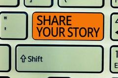 Nota de la escritura que muestra a parte su historia La foto del negocio que muestra invitando a alguien a alrededor sí mismo esc fotografía de archivo libre de regalías