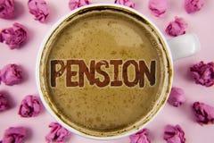 Nota de la escritura que muestra la pensión Los mayores de exhibición de la renta de la foto del negocio ganan después de que el  fotos de archivo