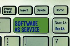 Nota de la escritura que muestra software como servicio La foto del negocio que mostraba a pedido autorizó en la suscripción y ce imágenes de archivo libres de regalías