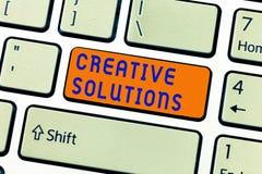 Nota de la escritura que muestra soluciones creativas Foto del negocio que muestra acercamiento original y único en solucionar un fotos de archivo
