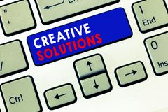 Nota de la escritura que muestra soluciones creativas Foto del negocio que muestra acercamiento original y único en solucionar un foto de archivo