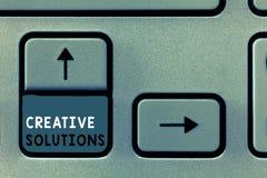 Nota de la escritura que muestra soluciones creativas Foto del negocio que muestra acercamiento original y único en solucionar un imágenes de archivo libres de regalías