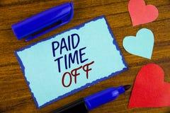 Nota de la escritura que muestra tiempo pagado apagado Vacaciones de exhibición de la foto del negocio con la cura de reclinación Foto de archivo libre de regalías