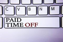 Nota de la escritura que muestra tiempo pagado apagado Vacaciones de exhibición de la foto del negocio con la cura de reclinación Imagen de archivo