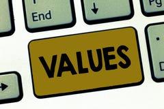 Nota de la escritura que muestra valores El respeto de exhibición de la foto del negocio que algo se sostiene merece el valor de  fotografía de archivo libre de regalías