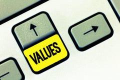 Nota de la escritura que muestra valores El respeto de exhibición de la foto del negocio que algo se sostiene merece el valor de  fotografía de archivo