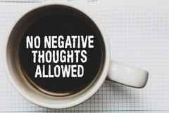 Nota de la escritura que no muestra ningún pensamiento negativo permitido Foto del negocio que muestra bueno inspirada motivado s foto de archivo libre de regalías