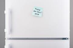 Nota de la Feliz Año Nuevo 2017 sobre la puerta blanca del refrigerador Foto de archivo libre de regalías