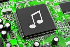 Nota de la música sobre el chip de ordenador fotos de archivo