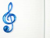 Nota de la música sobre fondo del papel en blanco Imagen de archivo libre de regalías
