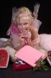 Nota de la muchacha de la tarjeta del día de San Valentín Fotos de archivo