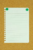 Nota de la paginación en blanco en tarjeta del corcho Fotografía de archivo