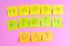 Nota de la nota sobre el fondo de papel rosado, feliz cumpleaños Imágenes de archivo libres de regalías