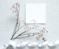 Nota de la tarjeta con la flor foto de archivo