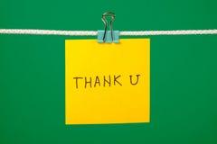 A nota de papel amarela na corda com texto agradece a U Imagens de Stock