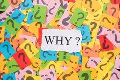 Nota de papel colorida con el signo de interrogación y Libro Blanco con la palabra PORQUÉ fotografía de archivo libre de regalías
