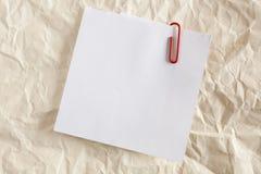 Nota de papel con el clip rojo foto de archivo libre de regalías