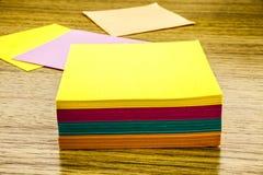 Nota de papel de la etiqueta engomada sobre fondo de madera Formas en blanco para las notas de los trabajadores ilustración 3D Fotos de archivo libres de regalías