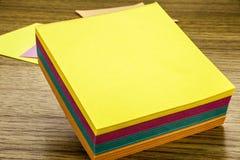 Nota de papel de la etiqueta engomada sobre fondo de madera Formas en blanco para las notas de los trabajadores ilustración 3D Fotografía de archivo libre de regalías