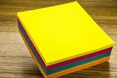 Nota de papel de la etiqueta engomada sobre fondo de madera Formas en blanco para las notas de los trabajadores ilustración 3D Foto de archivo libre de regalías