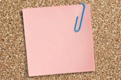 Nota de papel rosada con el clip foto de archivo libre de regalías