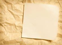 Nota de papel sobre el papel arrugado imagenes de archivo