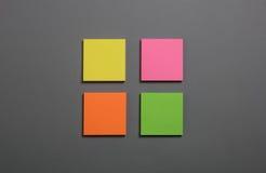 Nota de post-it de cuatro colores Foto de archivo libre de regalías