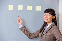 Nota de post-it de la mujer de negocios Imagen de archivo