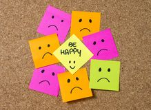 Nota de post-it do smiley no corkboard na felicidade contra o conceito da depressão Fotos de Stock Royalty Free