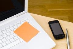 Nota de post-it en blanco sobre el teclado blanco de la computadora portátil Imagen de archivo libre de regalías