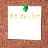 A nota de post-it na cortiça - alista Fotos de Stock Royalty Free