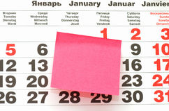 Nota de post-it sobre calendario Imagen de archivo