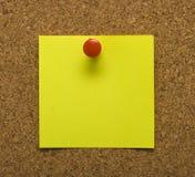 Nota de post-it sobre corcho Imágenes de archivo libres de regalías