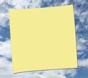 NOTA DE POST-IT SOBRE FONDO DEL CIELO Imagen de archivo libre de regalías
