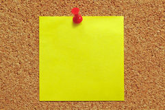 Nota de post-it y Pin del empuje Fotos de archivo