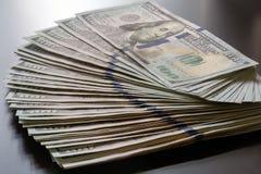 A nota de USD 100 do Estados Unidos ventila para fora Imagens de Stock