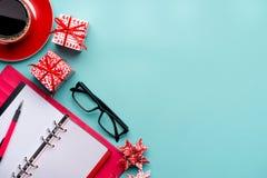 Nota del Año Nuevo y cuaderno de papel colorido en blanco en la tabla de la oficina, conceptos de la resolución del Año Nuevo Fotos de archivo