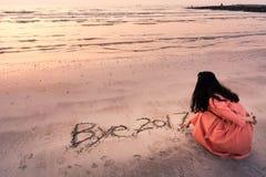 Nota del adiós 2017 de la escritura de la muchacha en la arena Foto de archivo libre de regalías