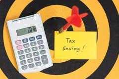 Nota del ahorro de impuesto con la flecha del dardo en diana imagen de archivo libre de regalías
