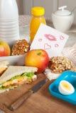 Nota del amor en el desayuno Imagen de archivo libre de regalías