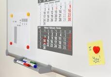 Nota del amor sobre whiteboard de la oficina Foto de archivo libre de regalías