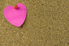 Nota del corazón sobre corkboard Imágenes de archivo libres de regalías