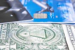 Nota del dólar sobre tarjeta de crédito con la profundidad del campo baja Imagen de archivo libre de regalías