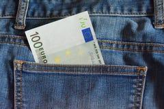 nota del euro 100 en el bolsillo de los tejanos Imagen de archivo