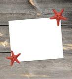 Nota del Libro Blanco con las estrellas de mar en la estación de vacaciones de verano Foto de archivo