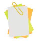 Nota del multicolor con el clip de papel rojo Imágenes de archivo libres de regalías