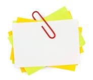 Nota del multicolor con el clip de papel rojo Fotos de archivo